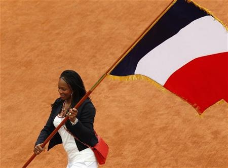L'escrimeuse Laura Flessel portant le drapeau de la France pour la cérémonie d'ouverture des JO de Londres 2012