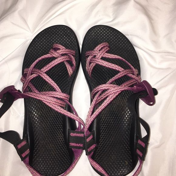 CHACOS PINK SIZE 7 GREAT CONDITION (FOR SALE BUT WILLING TO TRADE) WORN BUT PERFECT CONDITION ALL AROUND SIZE 7/ (they look semi dirty on the foot but I just need to wash!) Chacos Shoes