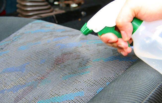 Stiati ca petele de cafea de pe tapiteria auto pot fi indepartate cu ajutorul solutiilor de curatat geamuri?