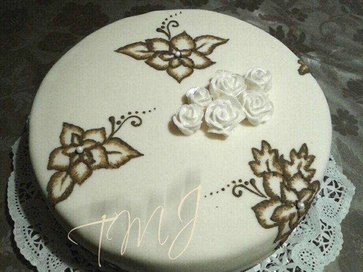Fehér fondant torta barna glazúr virágokkal és fehér rózsákkal./White fondant cake with royal icing flowers and roses.