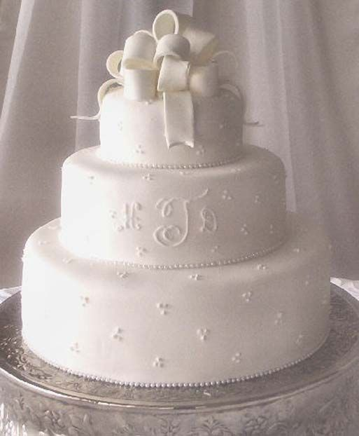 17 best images about wedding cakes on pinterest rhinestones simple weddings and beautiful. Black Bedroom Furniture Sets. Home Design Ideas
