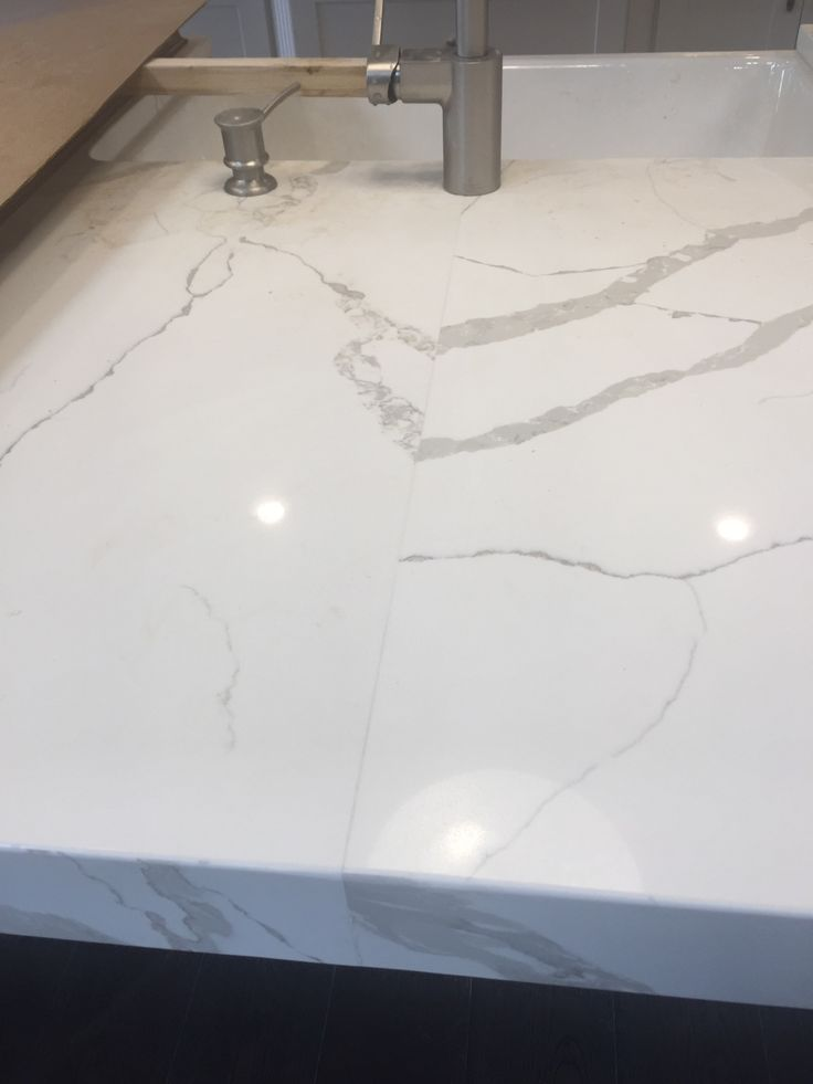 Calacatta Laza Quartz Seam In Island Solid Surface