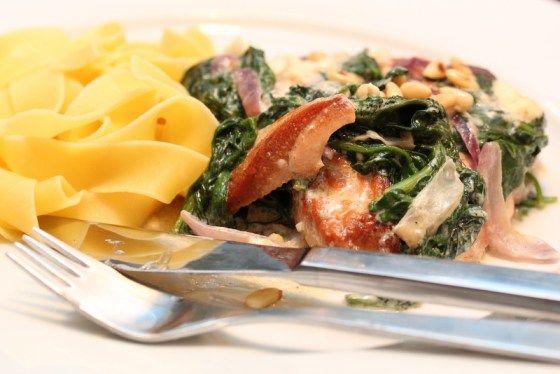 Laks med kremet spinat og feta