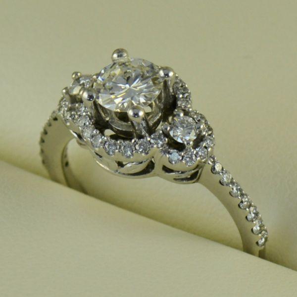 Inel de logodna cu diamante rotunde - ArtofDiamonds.ro http://www.artofdiamonds.ro/inele-de-logodna-1/inele-de-logodna-cu-diamant/inel-de-logodna-cu-diamante-rotunde #diamante #inelecudiamante #diamonds #diamondrings #diamondengagementrings