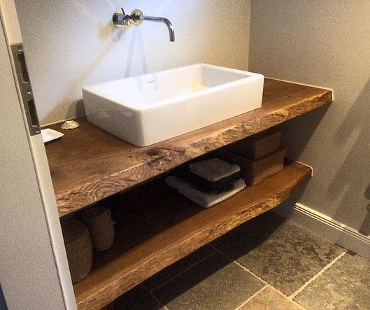 Waschtisch Waschtischplatte aus Eichenholz mit einseitiger Baumkante.