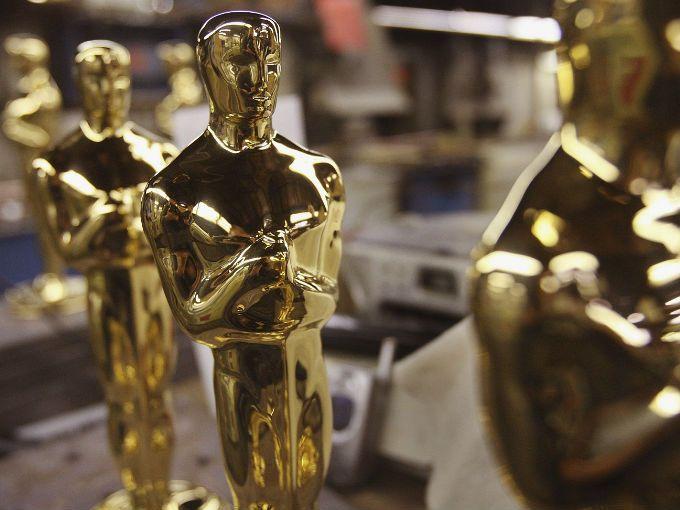La Academia de Artes y Ciencias Cinematográficas anunció que los nominados al Oscar se develarán en la ciudad de Los Ángeles, tres días antes de la entrega de los Golden Globe y cinco antes de la fecha que se calendarizó previamente.  El cambio se hizo para dar más tiempo a los jurados y al público, de poder ver las películas nominadas. Así que la Academia revelará los afortunados nombres para la entrega 85 de los premios el 10 de enero de 2013.