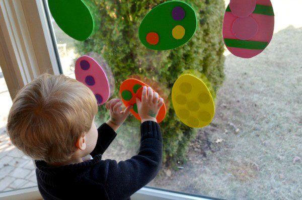Uova di Pasqua decorate con ritagli di gomma crepla