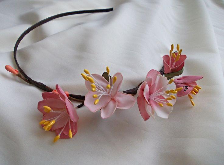 Ободок с цветками нежно-розовой сакуры из тонкого сатина. Каждый лепесток окрашен вручную. Ободок дополнен бутонной веточкой. Аксессуар полностью выполнен вручную. #flos #цветы #аксессуары #украшения #ободок #свадебный #для_невесты #для_волос #ободок_на_голову #с_цветами #цветочный #сакура #розовый #нежный #из_ткани #ручной_работы #handmade