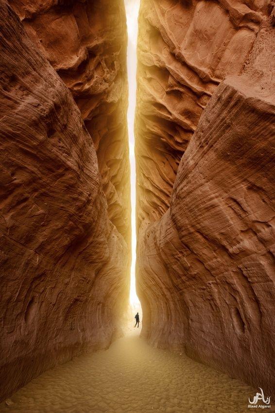 Tunnel of Light - Petra, Jordan   Petra (en árabe, البتراء al-Batrā´) es un importante enclave arqueológico en Jordania, y la capital del antiguo reino nabateo. El nombre de Petra proviene del griego πέτρα que significa piedra, y su nombre es perfectamente idóneo; no se trata de una ciudad construida con piedra sino, literalmente, excavada y esculpida en la piedra.