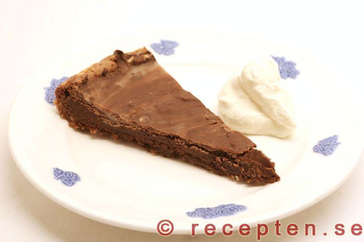 Lyxigt men enkelt recept på mintchokladtårta som är som en kladdkaka med mintsmak från After eight. Mycket god!