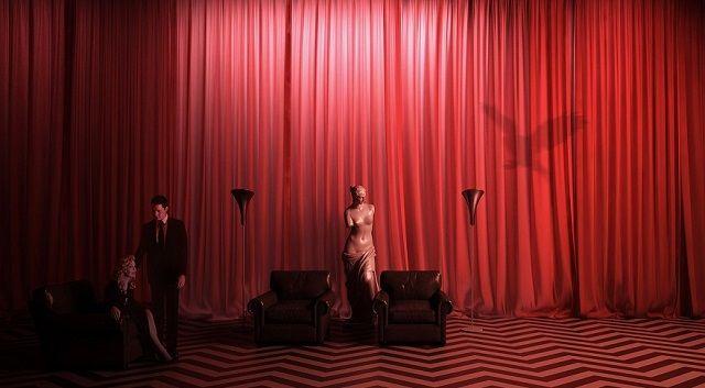 """Ritorniamo a Twin Peaks. E questa volta assageremo il suo simbolismo. Fra lunghe tende rosse, totem e, ovviamente, armati di una """"damn fine cup of coffee""""."""