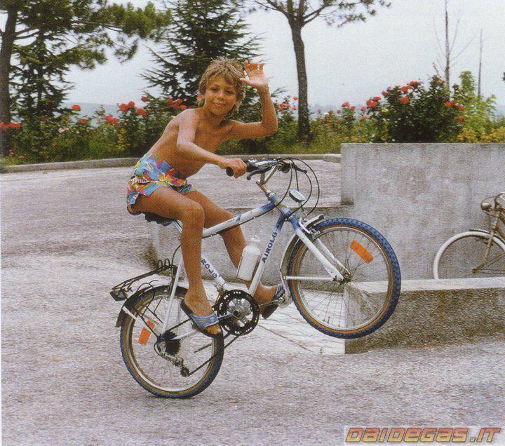 Google Afbeeldingen resultaat voor http://www.daidegasforum.com/images/13/valentino-rossi-young-impennata-bici-wheelie.jpg