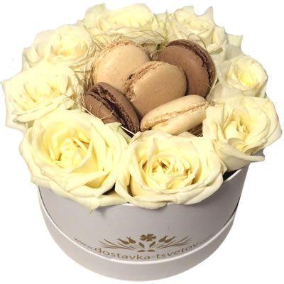 Отличный подарок на День Рождения! Розы и макаруни в коробке http://www.dostavka-tsvetov.com/cvety-v-korobke/rozy-i-makaruny-v-korobke