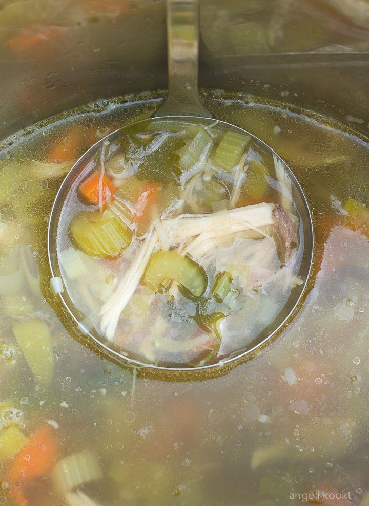 Er gaat niets boven zelfgemaakte kippensoep. Ouderwets lekker recept uit grootmoeders keuken. Griepje of verkoudheid te pakken? Eet verse kippensoep van oma