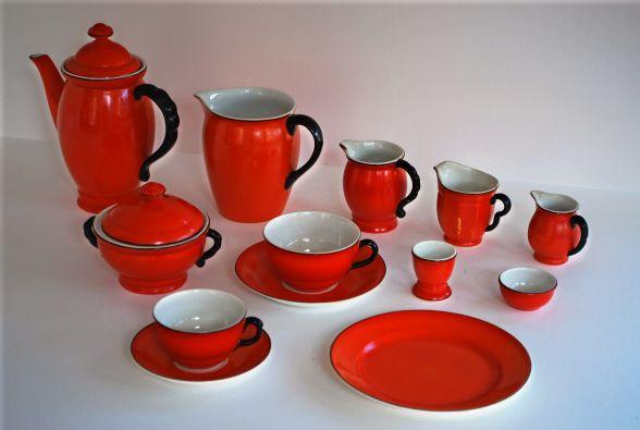 GP Röd Fond: Gefles kaffeservis K-modellen/Emaljfond. Formgiven av Percy 1927.