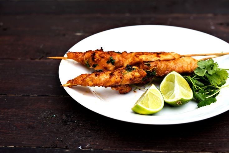 Kycklingspett är underskattat och något som har strykande åtgång när det är grillfest. Den här varianten har lite lagom hetta och sötma.