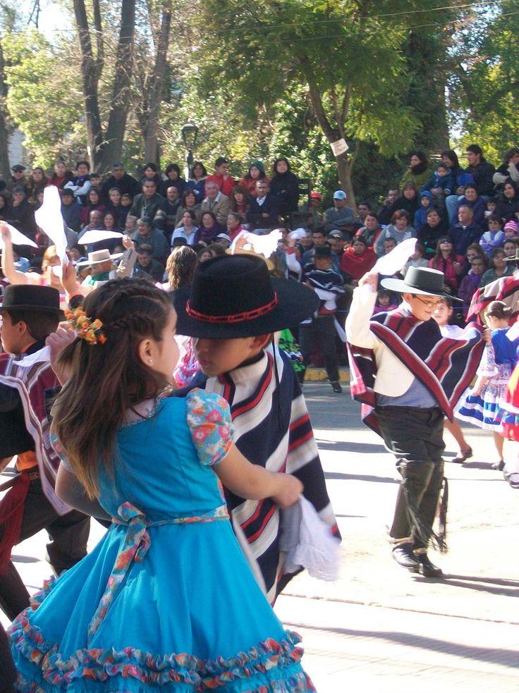 cueca y bailes en el colegio para el día nacional el 18 de septiembre