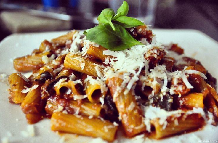 Tortiglioni z mieloną wołowiną i wieprzowiną w sosie pomidorowym.