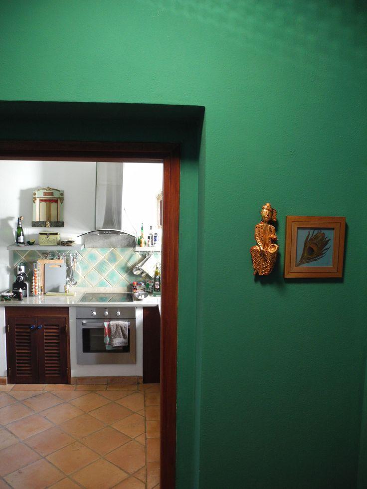 Cuisine Emeraude pour la Casa de Luz dite la Maison Virvaire avec ses céramiques traditionnelles portugaises: terre cuite émaillée artisanale.