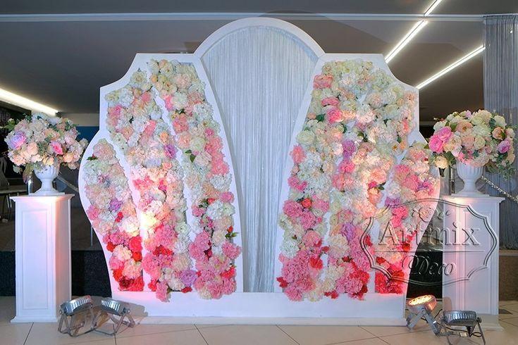 Фотозона из цветов на свадьбу