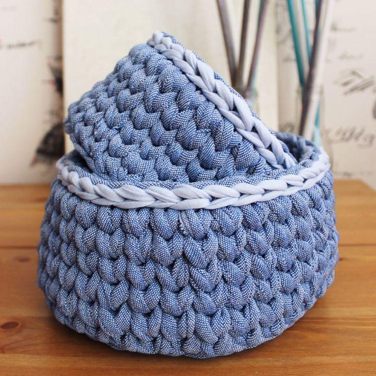 Эти две корзиночки связаны крючком из трикотажной пряжи. Помогут организовать пространство в вашем доме и обеспечат аккуратное хранение вещей. 💙 Размеры: Корзина по больше диаметр - 21 см, высота - 10,5; корзина по меньше диаметр - 16 см, высота - 9,5 см. #корзина #корзинакрючком #tshirtyarn #handmade #crochet #decorhome #вязаниекрючком #хранениевещей #вязанаякорзинка #ohelena_crochet