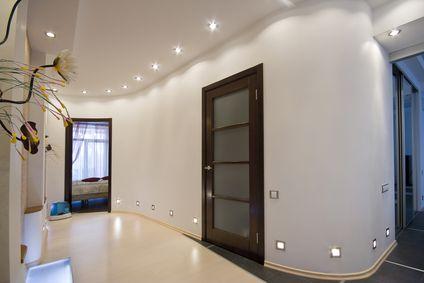 Oświetlenie LED hallu w eleganckim hotelu może składać się z wielopunktowego…