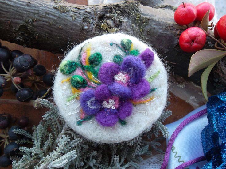 Spilla di lana cardata infeltrita fiori  ricamata spilla feltro fatto a mano lana cardata wool ooak idea regalo per lei compleanno pasqua by MondoTSK on Etsy