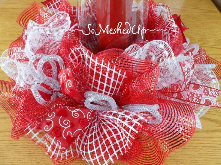Les couleurs de la Saint-Valentin sont en pièce maîtresse de cette jolie table ! Jai utilisé 4 couleurs/modèles différents de maille : boule de neige rouge sparkle, rouge métallisé, blanc et rouge & blanc plaid tisser. Jai ajouté dans les boucles et les arcs de maille ruban. Il y a des liens de ruban avec un imprime coeur. Ces pièces maîtresses simplement glissent vers le bas autour de votre choix de vase. Si vous utilisez une bougie flamme, assurez-vous que le vase de verre est plus grand…