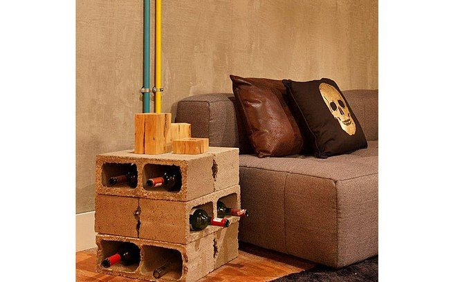 As designers de interiores Joana Di Marino, Márcia Calderaro e Pualani Di Giorgio usaram tijolos de concreto para montar uma pequena adega. Foto: Divulgação