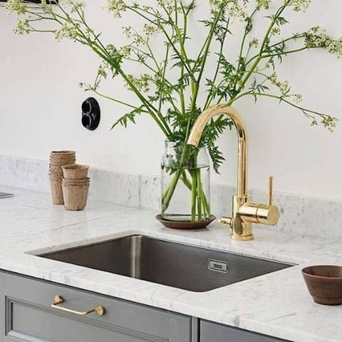 Guldfärgad blandare & bänkskiva + stänkskydd i Carrara marmor .www.nerostein.se