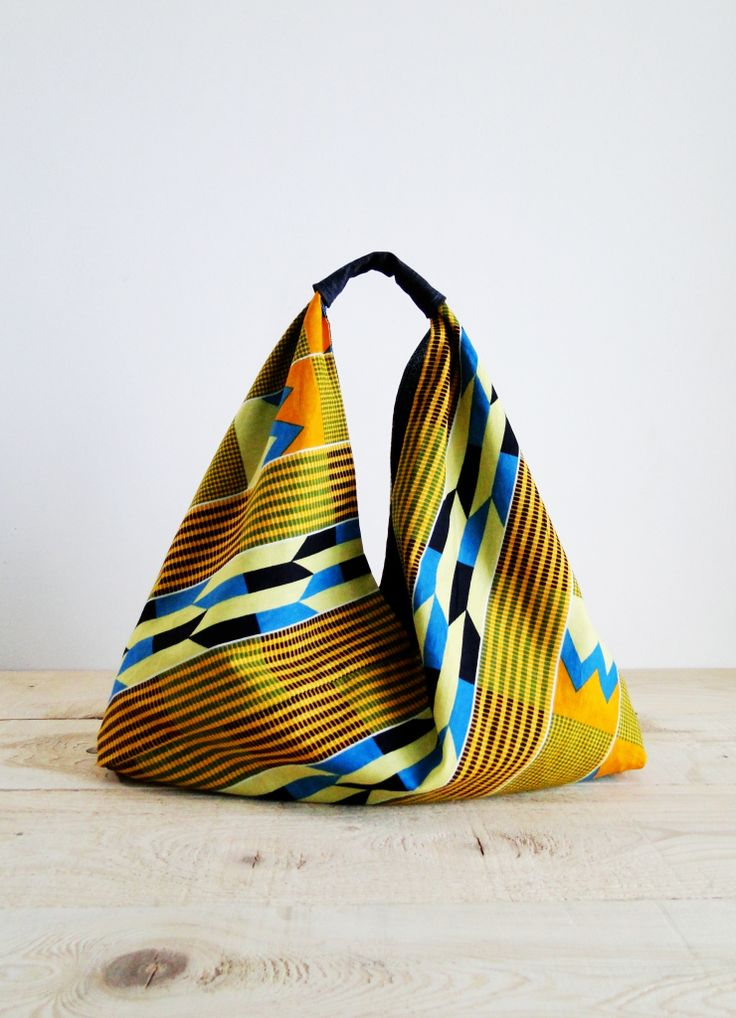 La mode est à l'origami, ces petits pliages de papiers japonais.Décliné en couture, il nous permet de réaliser un sac avec un seul morceau de tissu. Chaque modèle est réversible, pour change…