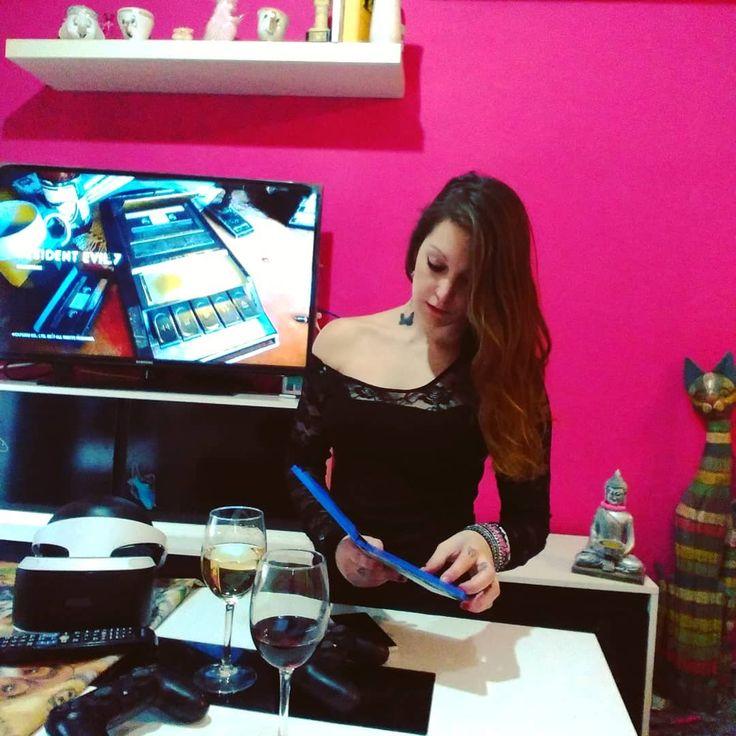 Bebida: ok Pearl jam: ok Realidad virtual: ok Compañía: ok @m.mesher : en lo que a las tías se le da mal eres la mejor. -Crees que hay tías como yo?  . . Cu-Cu . . . . #gracias #sonrie #vino #ps4 #gaming #playstation #viernes #comencemos #gamer #re #biohazard #instagamer #instagaming #baker #instagame #playstation4 #amigos #risas #raccooncity #survivor #games #realidadvirtual #videogames #vr #gamergirl  #videogameaddict #playinggames #gamestagram