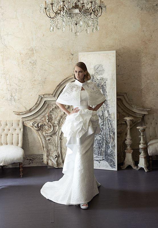 Collezione Signature 2014 - Elisabetta Polignano: un abito bianco e strutturato con decorazioni floreali ed una stola coordinata #wedding #weddingdress #weddinggown #abitodasposa
