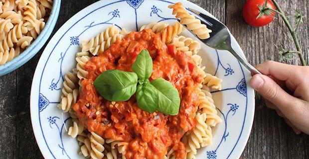 Har du også lyst til at prøve en nem og lækker aftensmad uden kød, er vegansk pasta med linsesovs det oplagte bud.