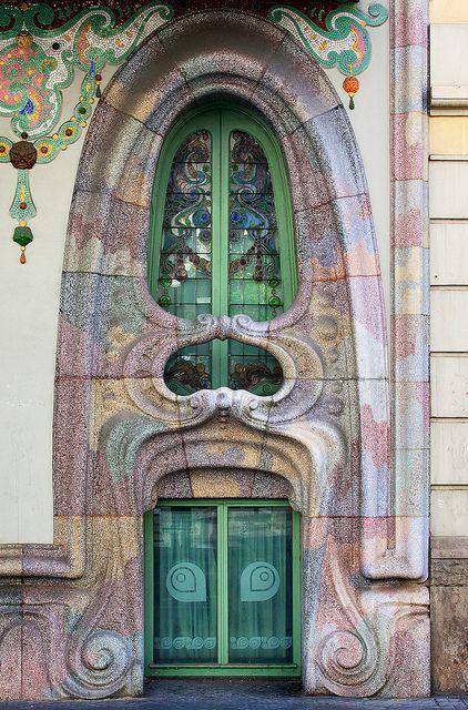 Casa Comalat es un edificio modernista situado en el número 442 de la avenida Diagonal y con fachada posterior en el número 316 de la calle Córcega en Barcelona, siendo un proyecto del año 1906 efectuado en 1911 por el arquitecto Salvador Valeri i Pupurull (1873-1954).Barcelona