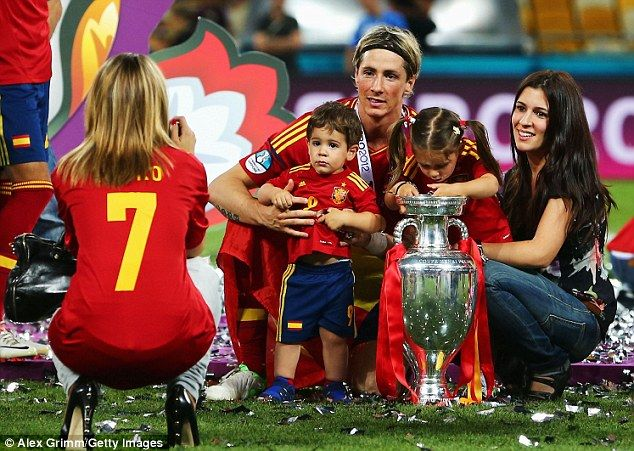 Happy family FernandoTorres poses for a picture with wife Olalla Dominguez and the couple's two children, Nora and Leo