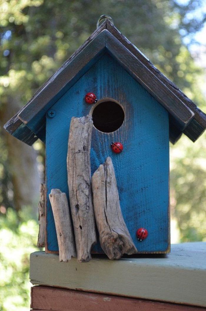 cabane à oiseaux, maison pour oiseaux bleue, déco avec coccinelles