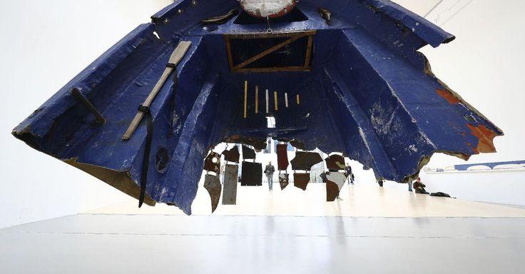 Op de vijfjaarlijkse kunstmanifestatie Documenta vormen dit jaar verhalen van vluchtelingen en migranten een rode draad. De fotoredactie selecteerde een aantal beelden van de tentoonstelling in het Duitse Kassel.