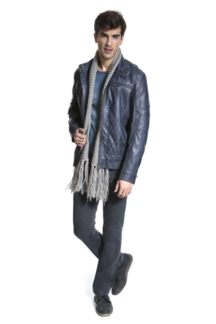 Tricô estampado, cachecol de tricô, jaqueta azul índigo de couro ecológico com matelassê e calça denim.