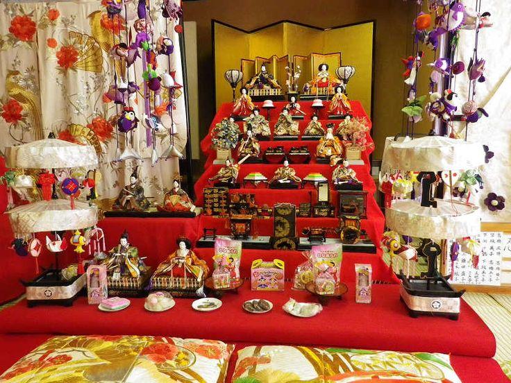 Hina-Matsuri ist das sogenannte traditionelle Mädchenfest von Japan, das jährlich am 3. März stattfindet.  In der Zeit vor diesem Tag stellt man auf abgestufte, mit rotem Tuch überzogene Plattformen von Puppen, die in traditionelle Kimonos gekleidet sind und die Kaiser, Kaiserin, Dienerinnen und Musiker in offizieller Hofkleidung darstellen. Jede traditionell orientierte japanische Familie mit einer Tochter hat einen Satz Puppen.