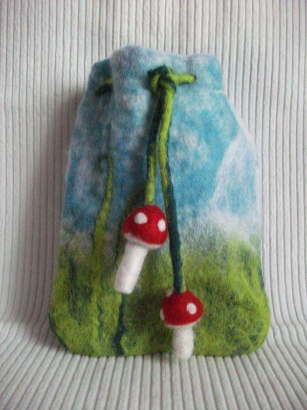 *Schöner kleiner Filzbeutel aus bunter Merinowolle für die Aufbewahrung von Kleinigkeiten, als Geschenkverpackung oder als Wärmflasche.* Der Beutel wird mit einem Filzbändchen geschlossen, an...