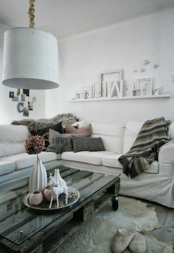 DIY Pallet Coffee Table and vase arrangement