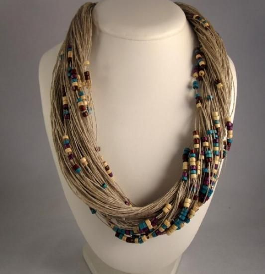 Collar de lino y cuentas en madera lacada,combinadas en blanco, violeta y aguamarina