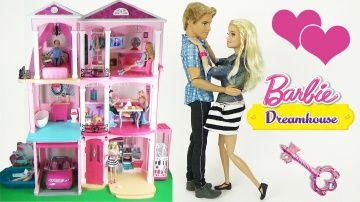 Домик для кукол Барби! Обзор комнат, мебели и игрушек. Видео для девочек  Barbie Dreamhouse 2015 http://video-kid.com/18535-domik-dlja-kukol-barbi-obzor-komnat-mebeli-i-igrushek-video-dlja-devochek-barbie-dreamhouse-20.html  Огромный, трехэтажный дом Барби! Новинка 2015! Подробный обзор домика и путешествие по всем комнатам с куклой Барби. Мы побываем в гостях у куклы Барби, рассмотрим ее кухню, гараж, бассейн, а так же поднимемся на лифте, попав на второй этаж прямо в гостиную. Рассмотрим…