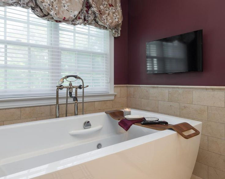 25 best ideas about burgundy bathroom on pinterest for Maroon bathroom ideas