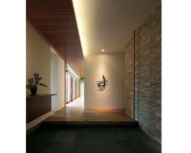 光りを抑えた重厚な玄関 イメージ