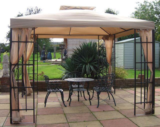 Tenda dengan atap kain untukdi halaman belakang