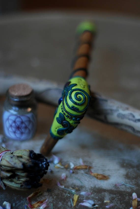 ↠ ※ Bamboo Tepi - Rapé applicator - with plants, leaves and Sodalite gemstone ※ ↞ Made of: • bamboo sticks • sodalite gemstone • green suede cord • polymer clay Each of our bamboo tepis and kuripes are sprinkled with oil from the sacred Palo Santo tree. If you would like to order