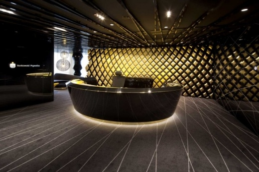 Złoto, czerń i biel, parametrycznie projektowane panele. Przestrzeń biurowa Centrum Bankowości Prywatnej PKO projektu Pracowni Robert Majkut Design.