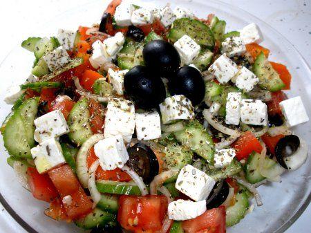 SUROVINY: 3 ks paradajky 2 ks uhorky, 1 ks cibuľa, 2 papriky, 6 – 9 ks olivy, 7-9 ks šalátové listy, 200 g Balkánsky syr, petržlen, zeler, bazalka. zálievka: 3 PL olivový olej, 2 PL octu alebo citrónovej šťavy soľ, mleté čierne korenie – podľa chuti. 2 strúčiky cesnak POSTUP: